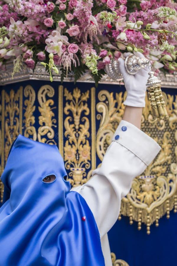 Nazarene que vai com a mão no manigueta o trono dentro fotografia de stock
