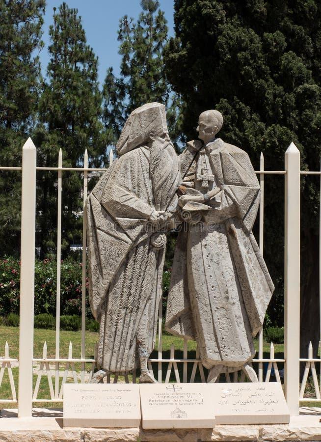 NAZARET, ISRAEL 8 de julio de 2015: estatua del papa Pablo VI y de Patri imagen de archivo libre de regalías