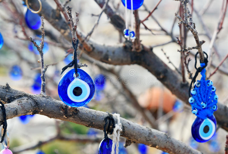 Nazars, türkischer böser Blick bezaubert auf dem Baum Goreme Cappadocia Die Türkei lizenzfreies stockfoto