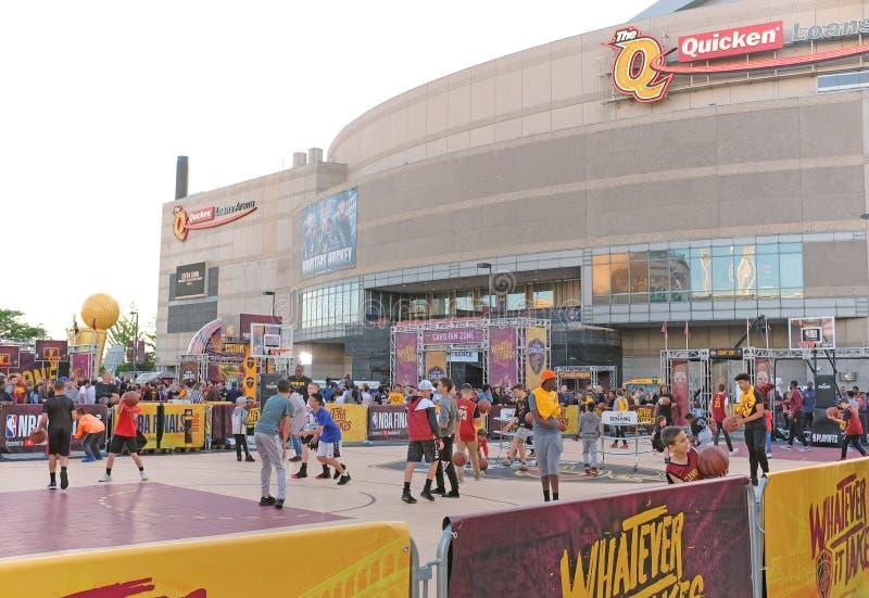 NBA-de ventilators spelen basketbal buiten Q voorafgaand aan NBA-Def. in Cleveland royalty-vrije stock foto's