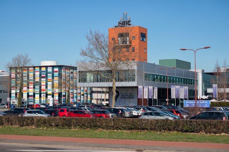 NBC del centro de conferencia con el aparcamiento en Nieuwegein, los Países Bajos imagenes de archivo