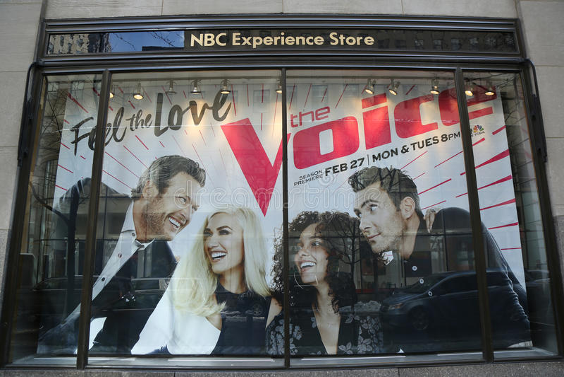 NBC- die het venstervertoning van de Ervaringsopslag met het Stemembleem wordt verfraaid in Rockefeller-Centrum stock foto's