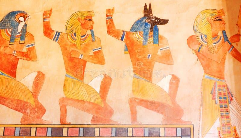 ncient Ägypten-Szene Hieroglyphische Carvings auf den Außenwänden eines alten ägyptischen Tempels Schmutz-altes Ägypten-Hintergru vektor abbildung