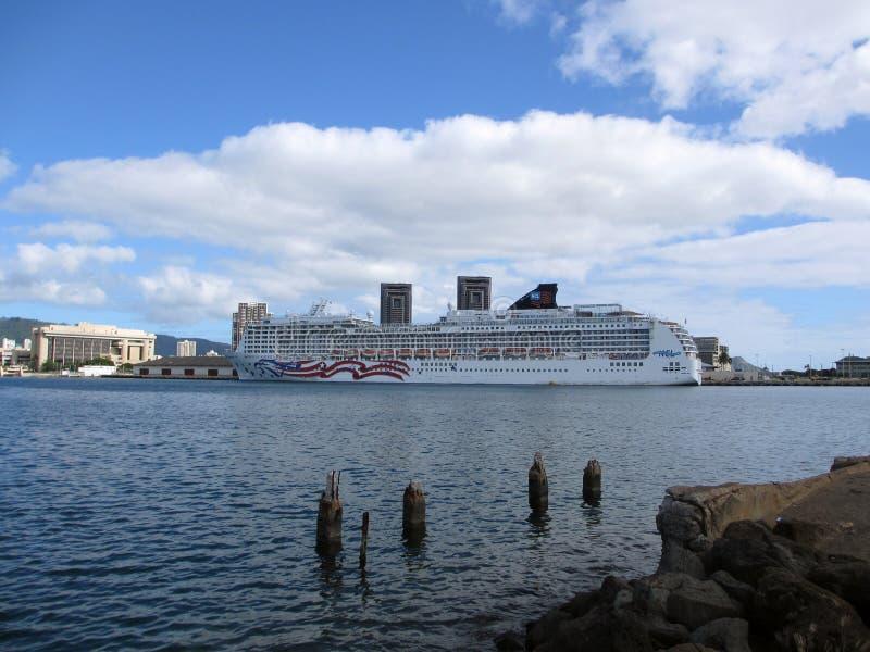NCL Cruiseship, orgullo de América, atracó en el puerto de Honolulu imagenes de archivo