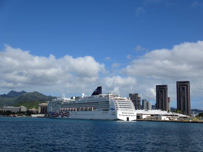 NCL Cruiseship, stolthet av Amerika som anslutas i Honolulu hamnintelligens royaltyfri bild