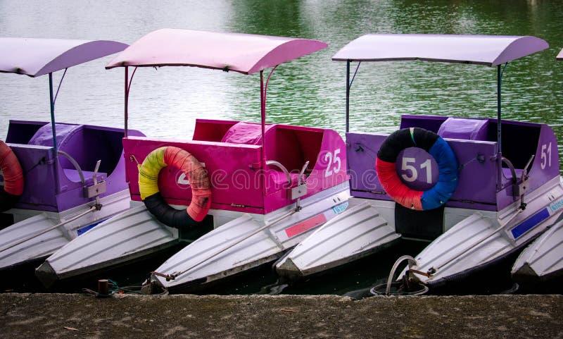 ?ncora colorida dos barcos do pedal no cais no parque fotos de stock royalty free