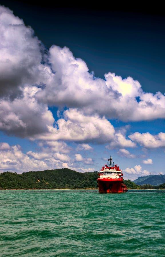 Âncora que segura a âncora de Tug Supply AHTS no mar fotografia de stock royalty free