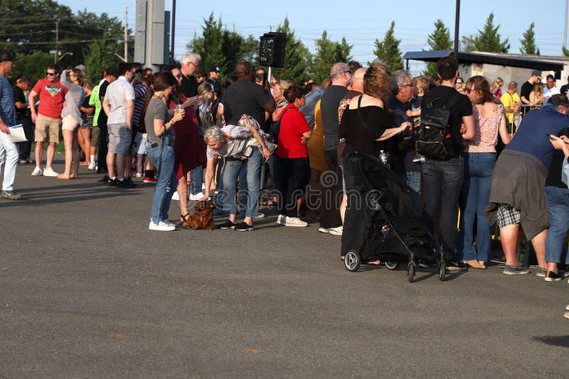 2nd årliga frankfurterkorvhund Derby Fans och åskådare arkivfoton