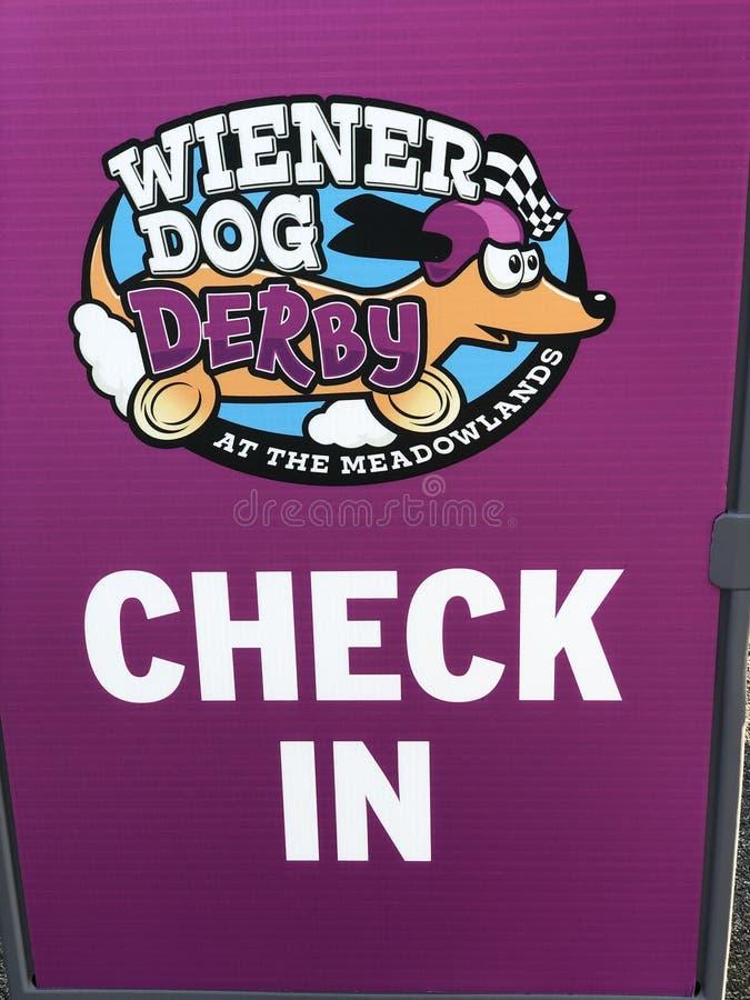 2nd Roczny Wiener psa derby konkurent sprawdza wewnątrz znaka obrazy stock