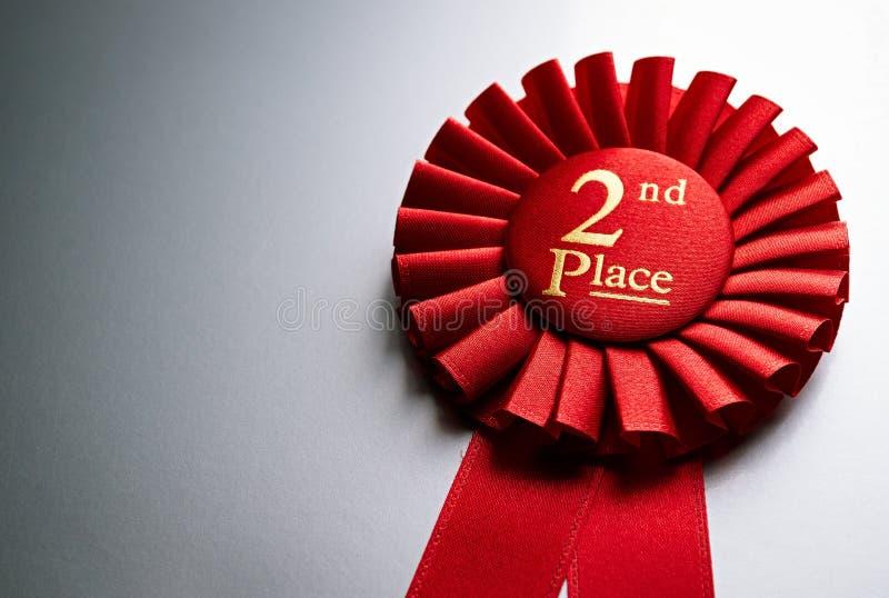 2nd ställevinnarerosett eller emblem i rött royaltyfri fotografi