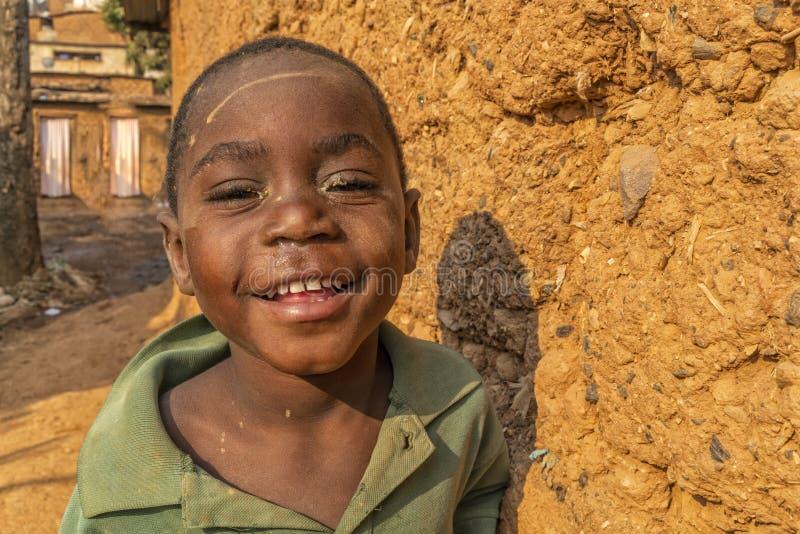 NDALATANDO/ANGOLA - 27 de julho de 2017 - retrato do menino africano nas aleias da vila rural fotografia de stock royalty free