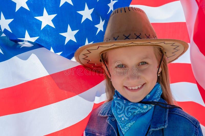 ndependencedag Mooi gelukkig meisje met groene ogen op de achtergrond van de Amerikaanse vlag op een heldere zonnige dag Een meis stock foto's
