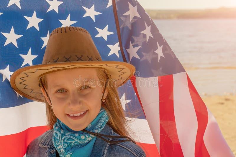 ndependencedag Mooi gelukkig meisje met groene ogen op de achtergrond van de Amerikaanse vlag op een heldere zonnige dag Een meis royalty-vrije stock fotografie