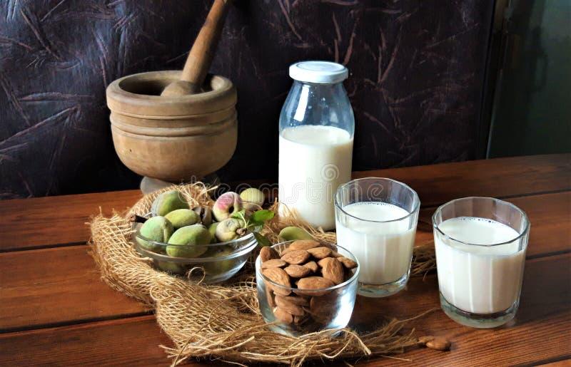 Am?ndoas e leite fresco na madeira imagem de stock royalty free