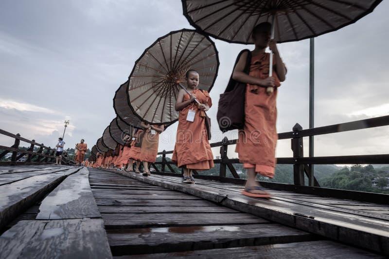 Neófito que camina en el puente de madera (400 m hecho de largo a mano) imagenes de archivo
