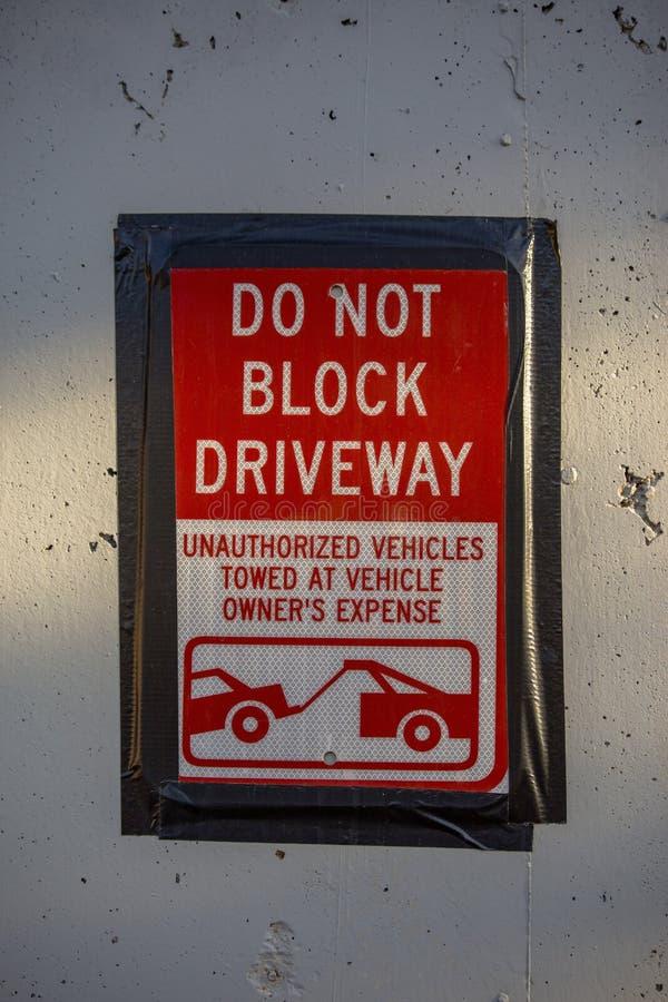 Ne bloquez pas le centre ville de signe d'allée image stock