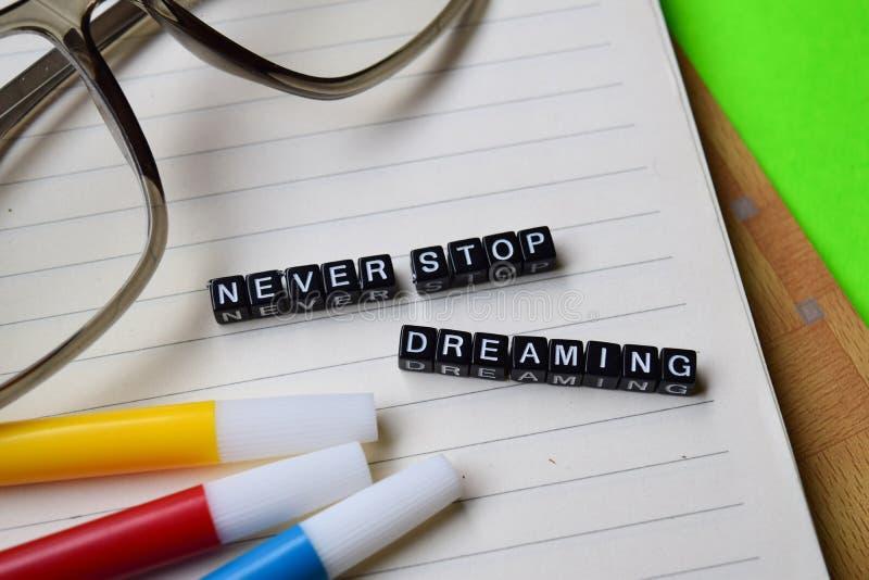 Ne cessez jamais de rêver le message sur des concepts d'éducation et de motivation photo libre de droits