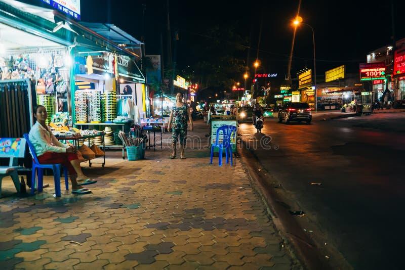 NE DE MUI, VIETNAME - CERCA DO MARÇO DE 2017: Vida noturna em uma rua movimentada fotos de stock