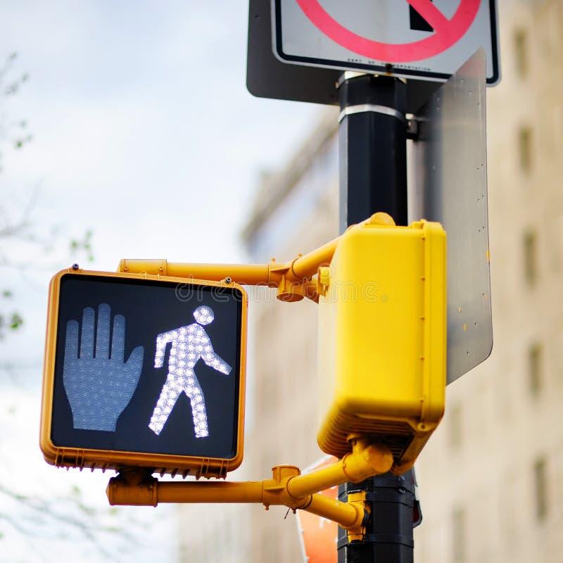 Ne marchent pas le poteau de signalisation de New York photographie stock