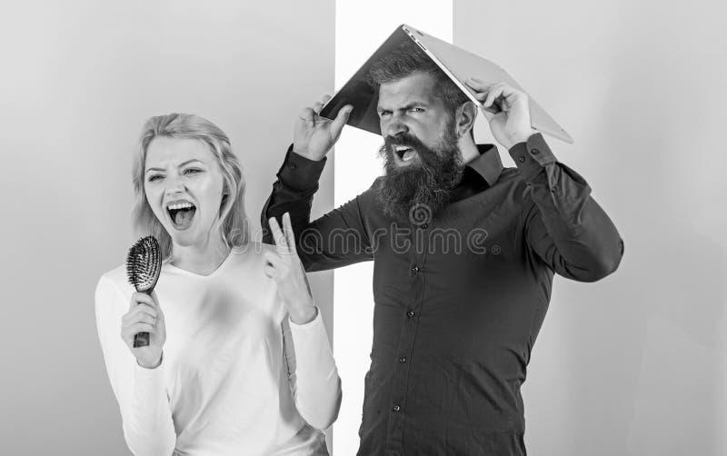 Ne peut pas arrêter la chanson dans sa tête Madame chantent employant la brosse de cheveux comme microphone tandis que l'homme en image libre de droits