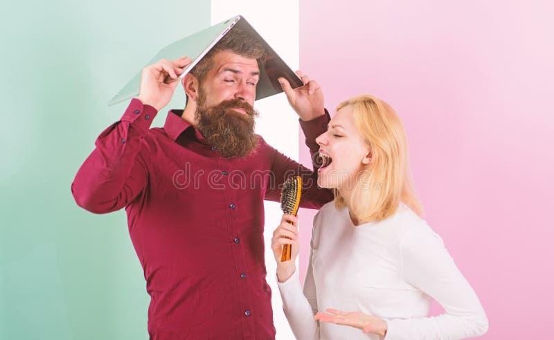 Ne peut pas arrêter la chanson dans sa tête Meilleur chantez à l'exposition de talent qu'au travail Madame l'imaginent chanteur d photo stock