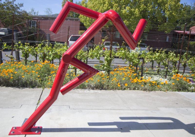 Ne peut pas arrêter la statue à la promenade publique d'art dans la ville de Yountville, la Californie photos stock