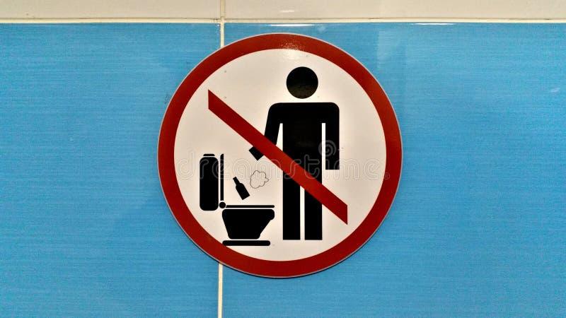 Ne projetez pas le détritus dans la toilette image libre de droits