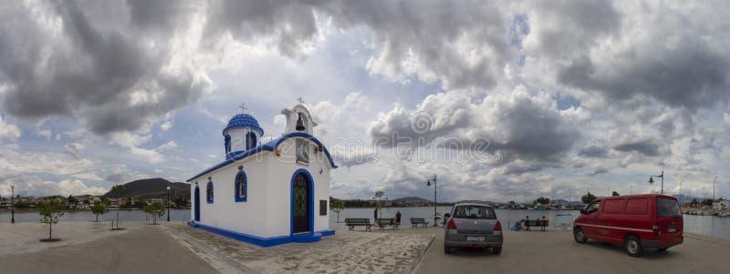 Nea Artaki, остров Evia, Греция Июль 2019: Панорамный вид маленькой красивой греческой церков в голубых и белых цветах на солнечн стоковое изображение