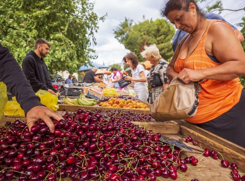 Nea Artaki, het eiland van Evvoia, Griekenland Juli 2019: Griekse dorpsmarkt op het Eiland Evvoia met kers, vruchten en groenten  stock foto