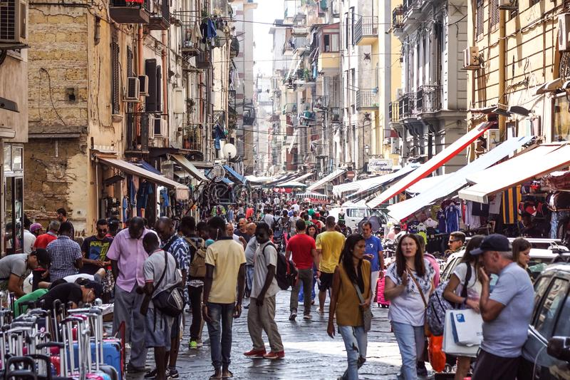 NEAPEL, ITALIEN - 22. AUGUST: Markt Porta Nolana in Neapel am 22. August 2017 Lokale Leute, die an Sonntags-Straße kaufen stockbild