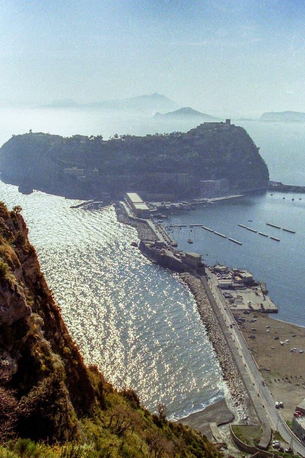 NEAPEL, ITALIEN, 1986 - die Insel von Ischia ist der Hintergrund zu Nisida, Schuss gegen das Licht lizenzfreie stockbilder