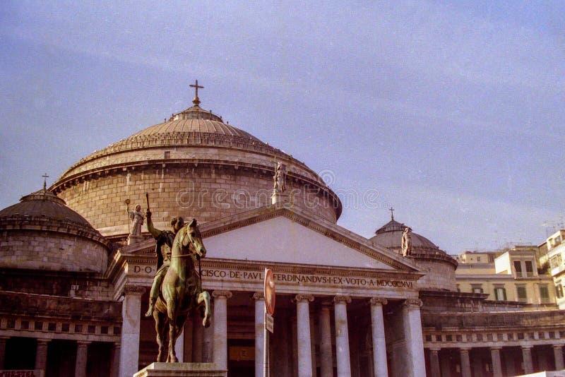 NEAPEL, ITALIEN, 1986 - die Kolonnade und die Kirche von S Francesco di Paola sind der Hintergrund zur Reiterstatue von lizenzfreie stockfotografie