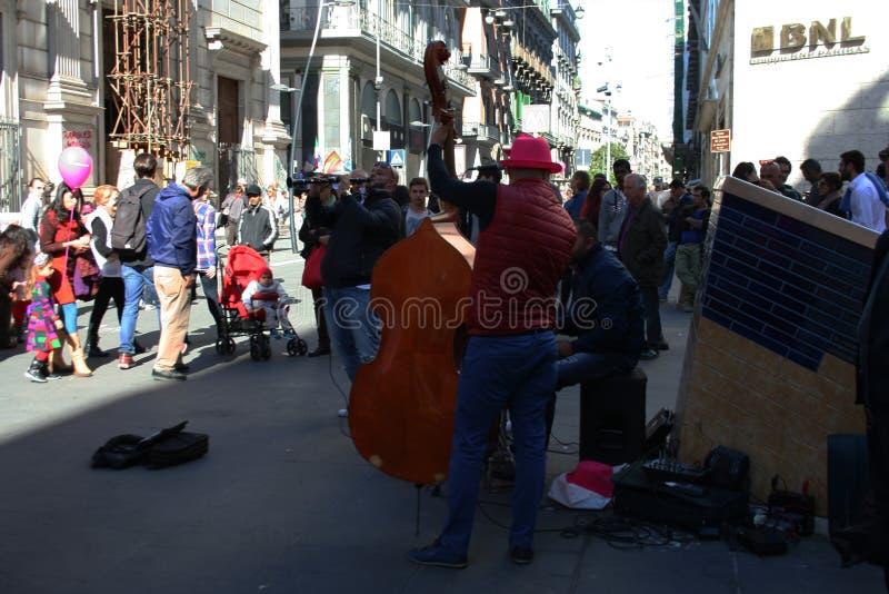 NEAPEL, ITALIEN, im Oktober 2016 - Straßenmusiker jubeln oben Leuten mit ihrer Musik zu stockfoto