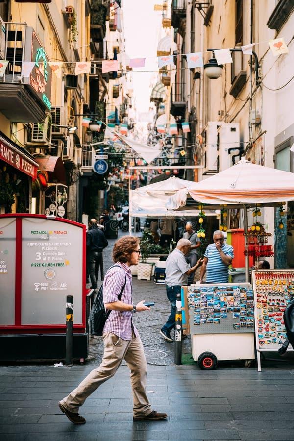 Neapel, Italien Junger kaukasischer Mann-Tourist, der an berühmtem über Toledo Street geht stockfoto