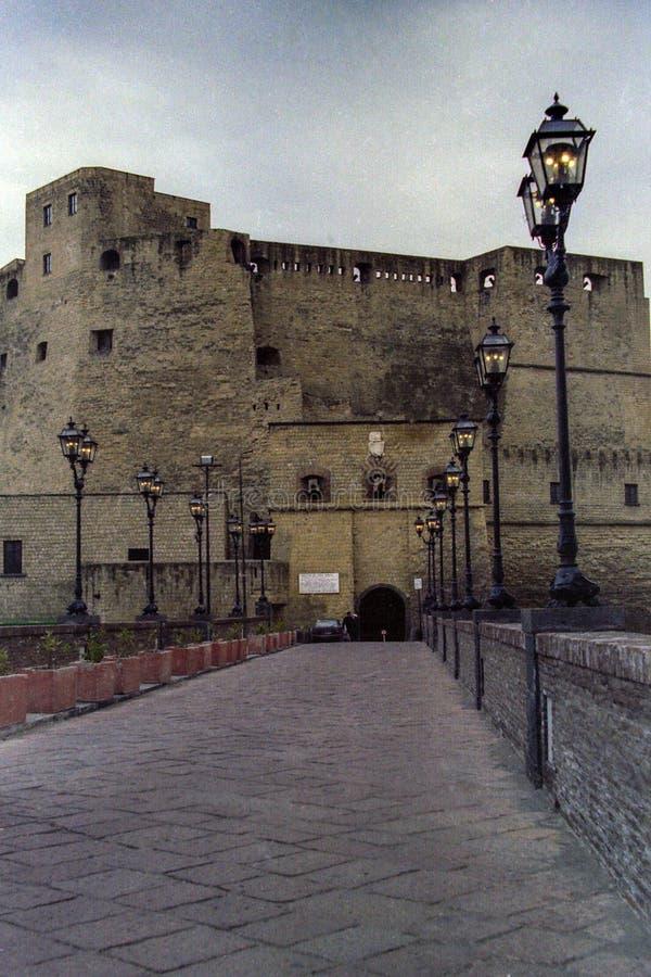 NEAPEL, ITALIEN, 1988 - traditionelle Gasscheinwerfer belichten die Anlegestelle von Castel-engem Tal 'Ovo zum Gedenken an den  lizenzfreie stockfotos