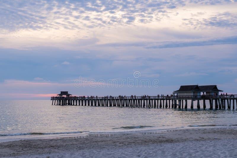 Neapel-Pier in einem purpurroten und rosa Dunst, Schuss bei Sonnenuntergang, Florida, USA stockbilder