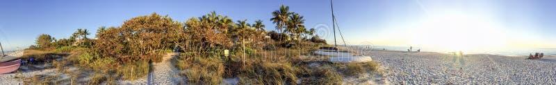 Neapel-Strand bei Sonnenuntergang, Panoramablick - Florida lizenzfreie stockfotografie