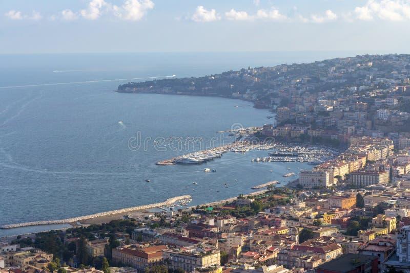 Neapel und Mittelmeer bellen mit Draufsicht der Boote Neapel-Küste kleines Auto auf Dublin-Stadtkarte stockfotografie