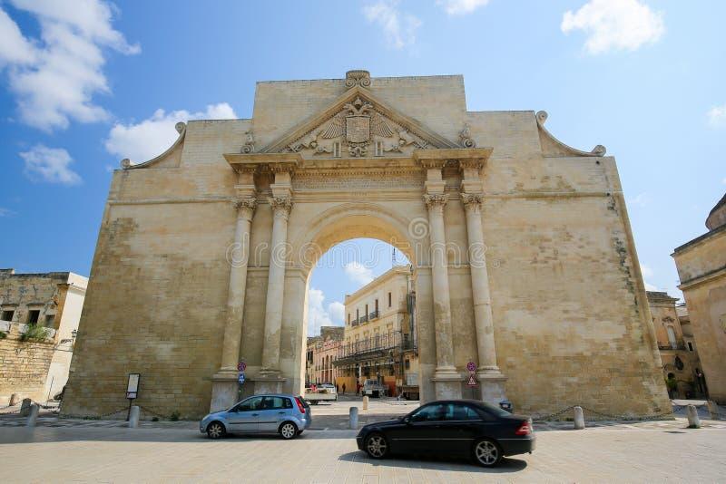 Neapolitan brama Napoli w Lecka lub Porta, Włochy zdjęcie stock