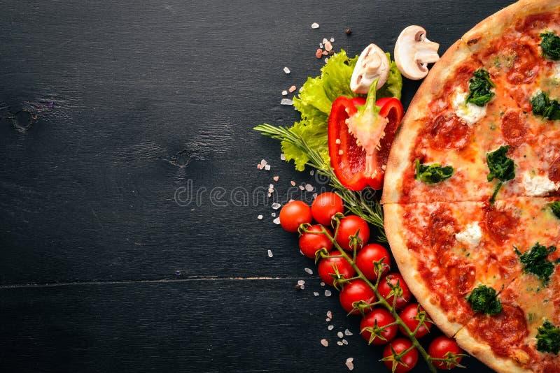 Neapolitan pizza Szpinaki, Gorgonzola ser, kiełbasiany salami fotografia stock