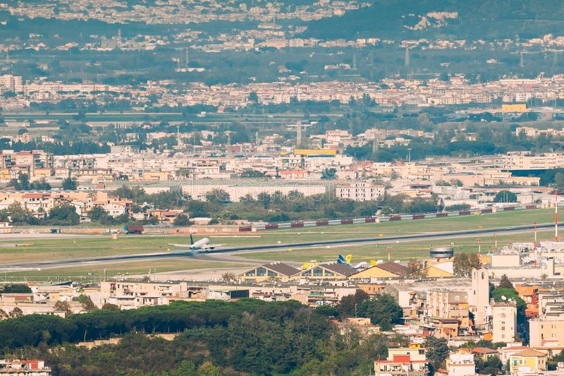 Neapolu włochy Samolot Jest Lądujący Lub Zdejmujący Przy Naples lotniskiem międzynarodowym fotografia royalty free