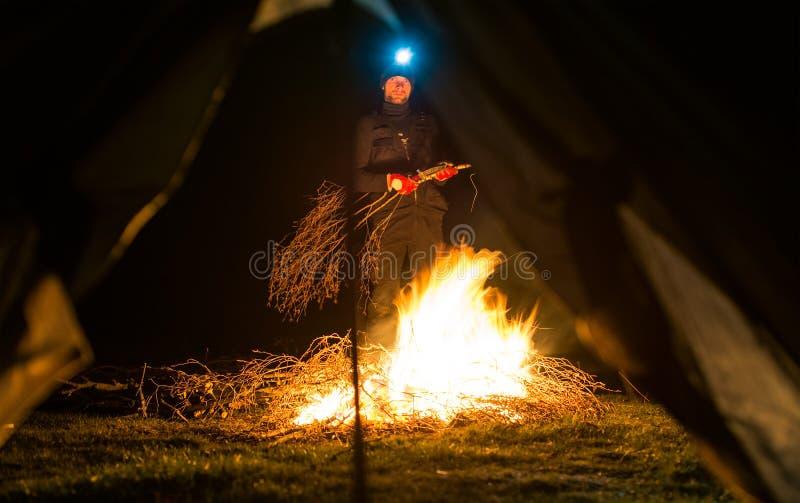 Near lägerbrand för man på natten arkivfoto
