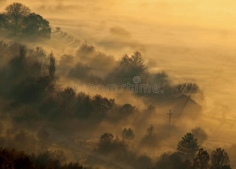 Nebbia al piccolo villaggio fotografia stock libera da diritti