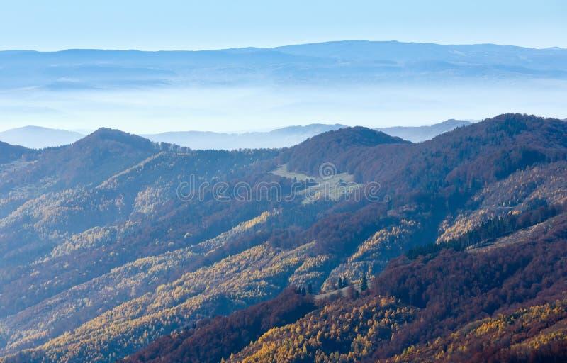 Nebbia in autunno carpatico immagine stock