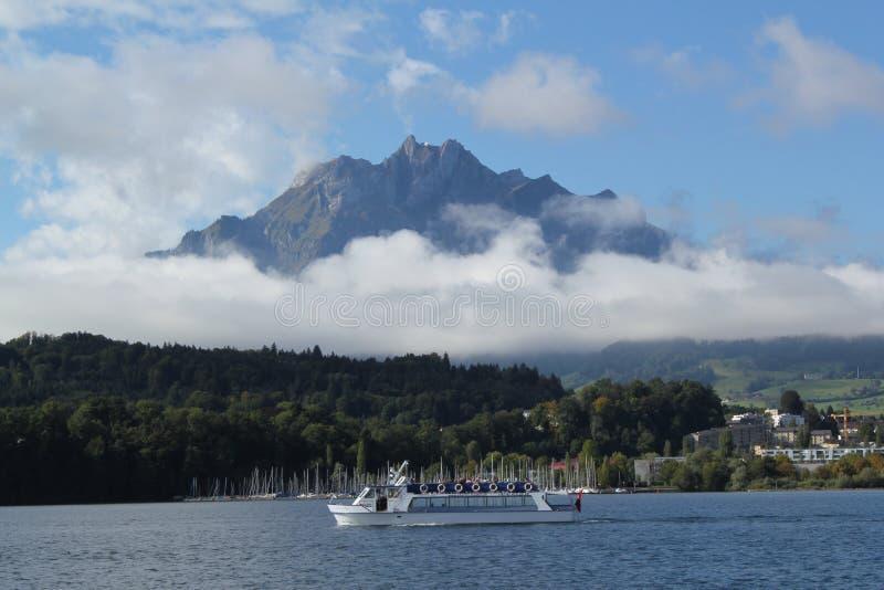 Nebbia bassa sul lago Lucerna fotografie stock libere da diritti