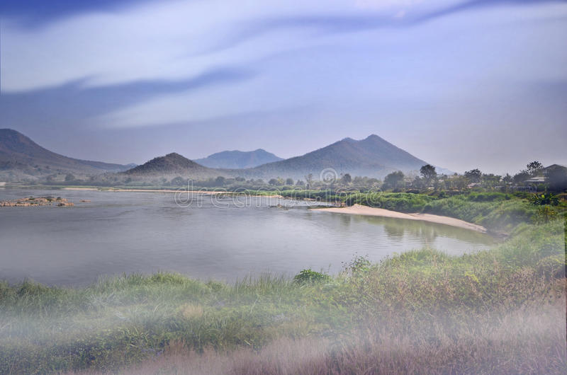 Nebbia bianca sopra il fiume di mattina fotografia stock