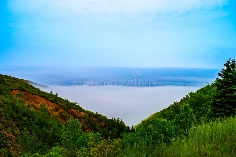 Nebbia da un lato della montagna fotografie stock libere da diritti