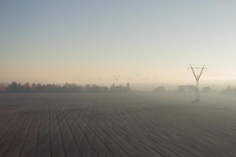 Nebbia di autunno nel campo fotografia stock libera da diritti