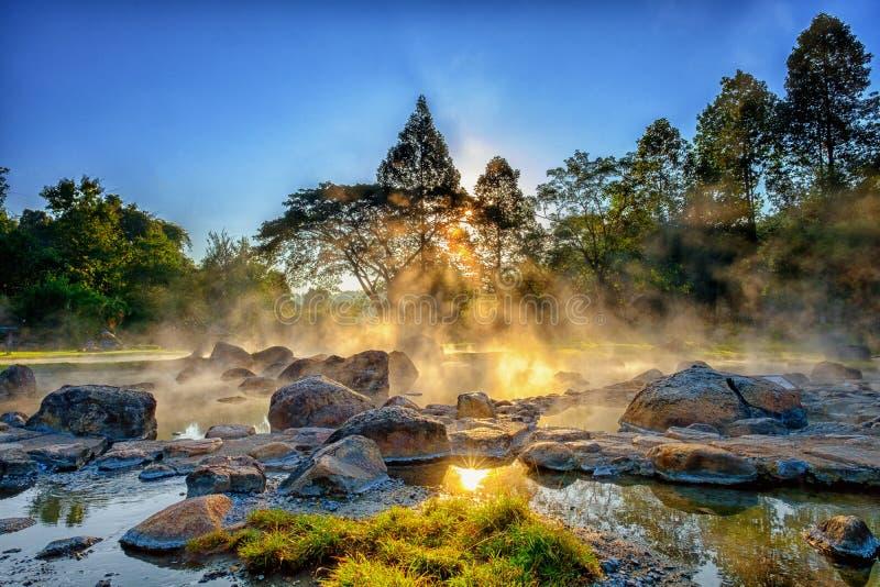 Nebbia di mattina durante la sorgente di acqua calda a Chae Sorn National Park fotografia stock