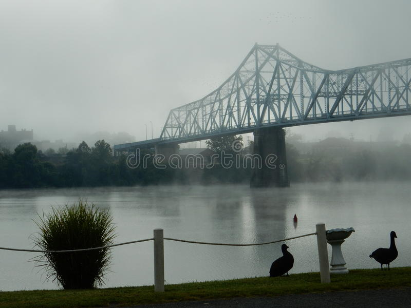 Nebbia di mattina ponte su Russell, Kentucky sul fiume Ohio fotografia stock libera da diritti